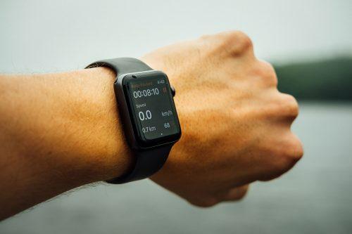 Foto de una reloj pulsera digital en la muñeca de un hombre.