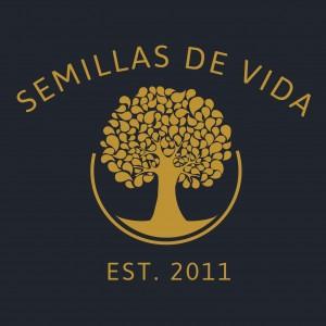 Semillas de Vida. Establecido 2011. (Junto con la imagen de su logo, un árbol frondoso.)