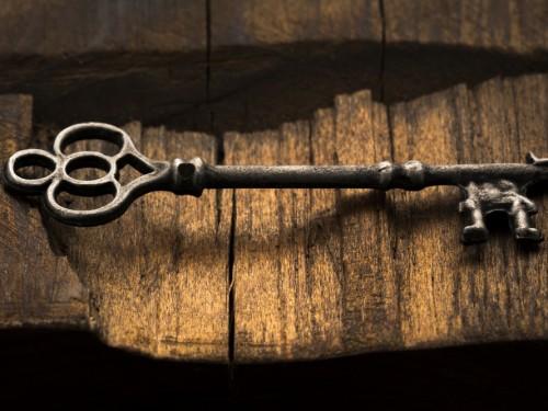 Foto de una llave antigua sobre madera vieja