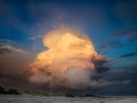 Foto de una nube tormentosa con los colores del sol
