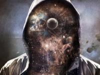 Imágen de un hombre con una capucha, pero en lugar de su rostro se ve un universo con constelaciones