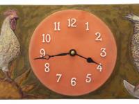Foto de un reloj de pared de ceramica con las figuras de un gallo y un buho