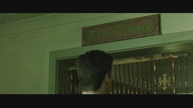 """Escena de la película """"The Matrix"""" (1999) cuando Neo ve el cartel de la pitonisa que dice """"Temet Nosce"""" (conócete a tí mismo.)"""