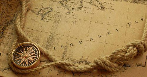 Foto de un viejo mapa con una brújula y una soga