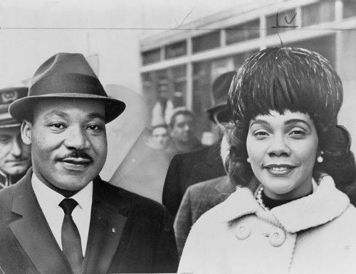 Foto en blanco y negro de Martin Luther King Jr. junto a su esposa