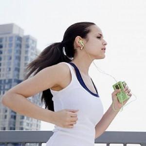 Chica corriendo con auriculares