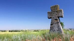 Una cruz de tumba en un prado