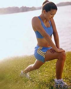 Una mujer haciendo ejercicio junto a un lago